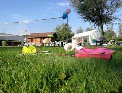 WC-rollen, parasols en badmintonners op camping Heksenheuvel